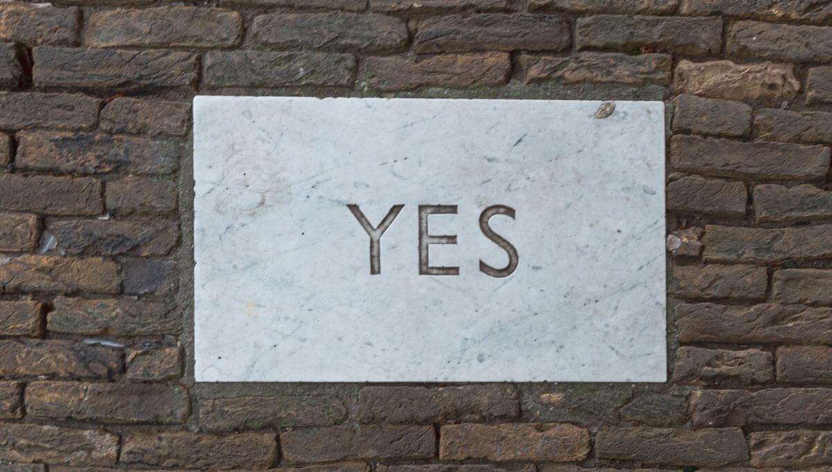 Declaraciones fundamentales, en una pared de ladrillos hay una placa de marmol que tiene grabado un sí
